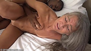 video titel: He loves to feel the vaginas of older woman || porn tgas: love,older woman,upornia