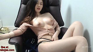 video titel: Asian sexy camgirl oils her big boobs || porn tgas: asian,boobs,camgirl,sexy,jizzbunker