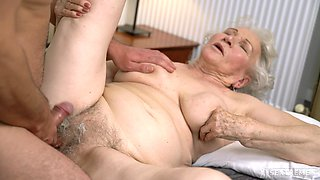 video titel: Granny likes the dick hard and stiff in both holes || porn tgas: amateur,bed,blonde,blowjob,hellporno