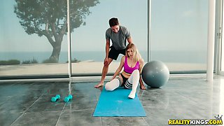 video titel: giselle palmer sucks cock and licks balls in the gym || porn tgas: balls,cock,fitness,jizzbunker